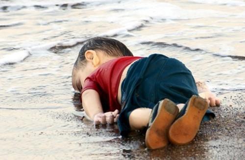 عکس کودک مرده لب ساحل