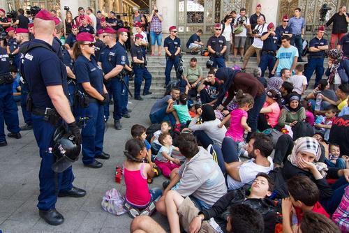 تجمع مهاجران سوری در مقابل ایستگاه راه آهن شهر بوداپست مجارستان برای رفتن با قطار به دیگر کشورهای اروپایی
