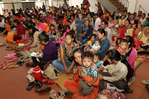 خانواده ها کودکان خود را برای دریافت خدمات بهداشتی به بیمارستانی در پنوم پن کامبوج آورده اند