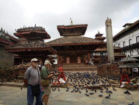 توریست های خارجی در حال بازدید از شهر زلزله زده کاتماندو نپال