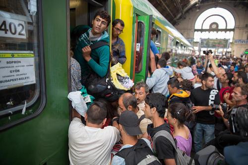 ازدحام مهاجران آسیایی در ایستگاه قطار شهر بوداپست مجارستان برای سوار شدن به قطار و عزیمت به کشورهای اتریش و آلمان