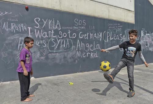 فوتبال بازی کودکان خانواده های مهاجر در ایستگاه قطار بوداپست