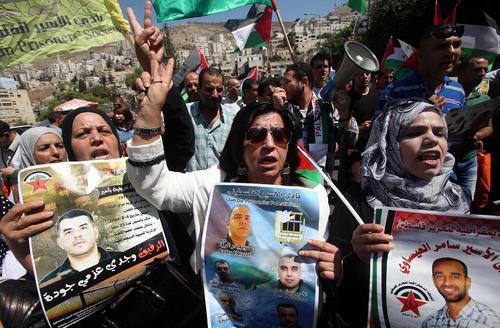 تظاهرات فلسطینی ها در نابلس در همبستگی با زندانیان فلسطینی اعتصاب غذا کننده در زندان های اسراییل
