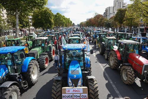 اعتصاب کشاورزان فرانسوی با تراکتورهایشان در خیابان های پاریس