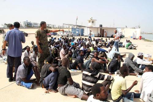 نجات دهها مهاجر آفریقایی تبار عازم اروپا در سواحل طرابلس از سوی گارد ساحلی لیبی