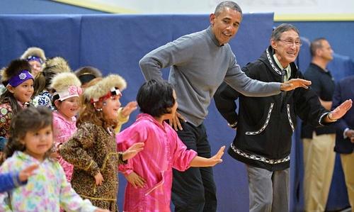 رقص اوباما با دانش آموزان یک مدرسه در آلاسکا