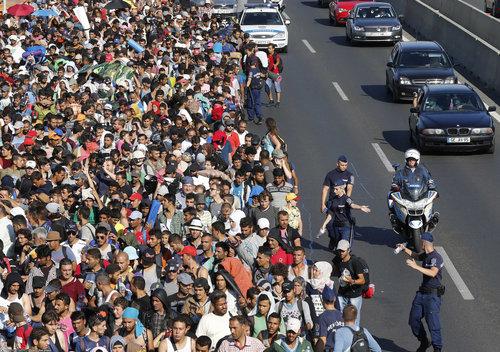 ازدحام صدها پناهجو در شهر بوداپست و پس از اعلام خبر عزیمت از طریق اتوبوس به اتریش و آلمان