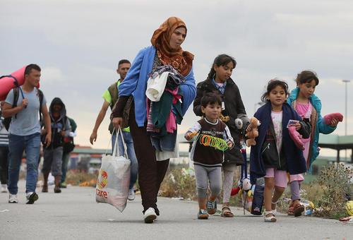 مهاجران آسیایی در مجارستان و در حال عزیمت به مرز اتریش