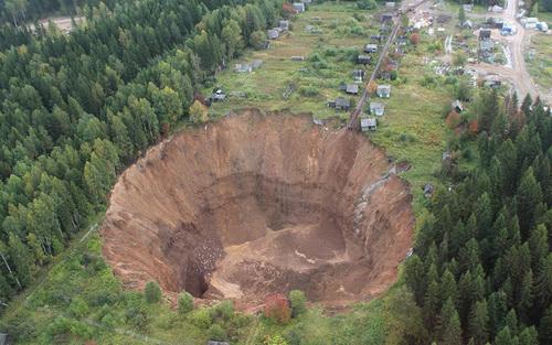 حفره بزرگ ایجاد شده پس از انفجار یک معدن در منطقه اورال روسیه