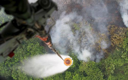 یک هلی کوتر در تلاش برای خاموش کردن آتش سوزی جنگل – اندونزی