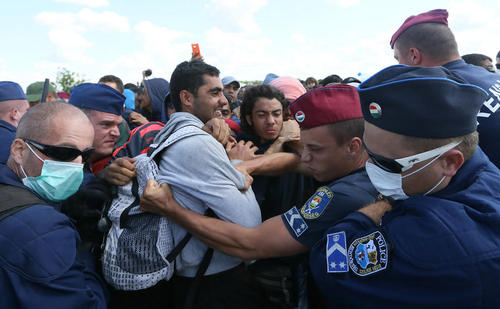 تلاش پلیس مرزی مجارستان برای مهار صدها پناهجوی آسیایی در مرز با صربستان