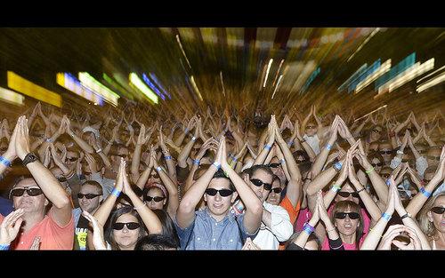 حضور 6774 نفر زیر یک سقف با عینک آفتابی در شهر والادولید اسپانیا برای ثبت در کتاب رکوردهای گینس