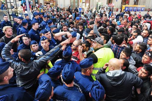 جدال مهاجران آسیایی با پلیس مجارستان در مقابل ایستگاه قطار شهر بوداپست و به منظور سوار شدن به قطار و عزیمت به شهر مونیخ آلمان