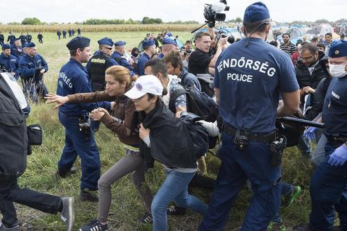 تقلای آوارگان سوری در مرز مجارستان و صربستان برای ورود به خاک مجارستان