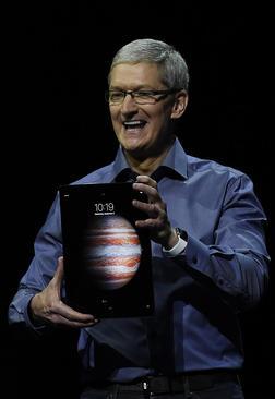 تیم کوک مدیر شرکت اپل در مراسم رونمایی آی پد جدید آیفون – سانفرانسیسکو