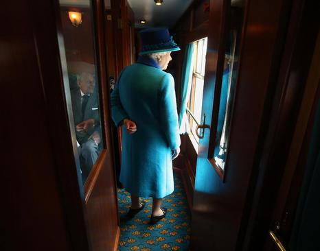 ملکه بریتانیا به همراه همسرش در اسکاتلند و در مراسم یکصدمین سال افتتاح طولانی ترین خط آهن بریتانیا و همزمان سالروز رکوردشکنی طولانی ترین دوران سلطنتی بریتانیا