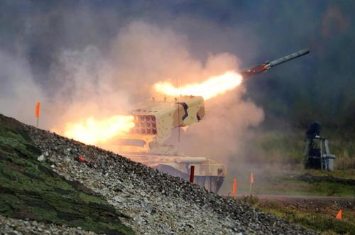 شلیک و آزمایش یک موشک در نمایشگاه سالانه نظامی در روسیه