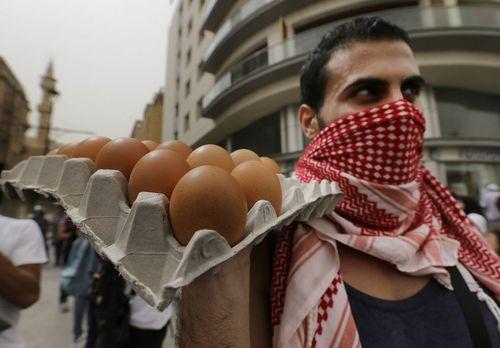 یک معترض لبنانی آماده پرتاب تخم مرغ در مقابل پارلمان این کشور در بیروت