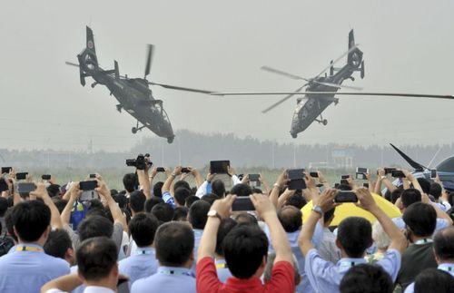 فیلمبرداری تماشاچیان از نمایشگاه هلی کوپتر در تیانجین چین