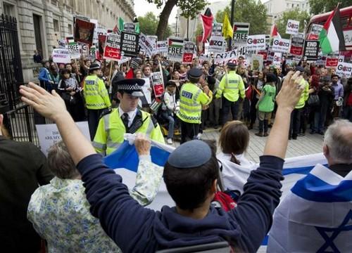 تجمع دو گروه در لندن در حمایت و مخالفت با سفر نتانیاهو به انگلیس