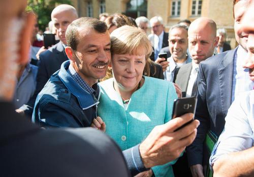 بازدید آنگلا مرکل صدر اعظم آلمان از اردوگاه اسکان موقت آوارگان سوری در برلین