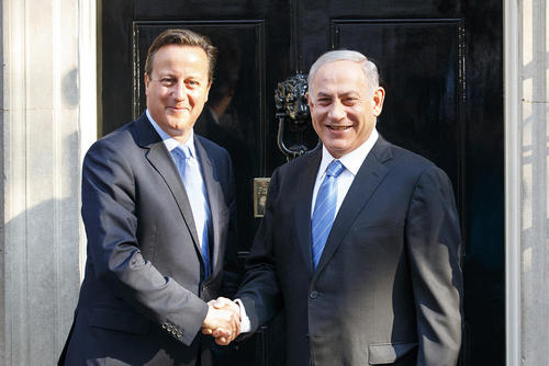 نتانیاهو نخست وزیر اسراییل در مقابل مقر نخست وزیری بریتانیا در لندن و در حال دست دادن با دیوید کامرون نخست وزیر انگلیس