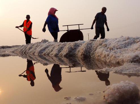 کارگران در یک معدن نمک در استان جیانگسو چین