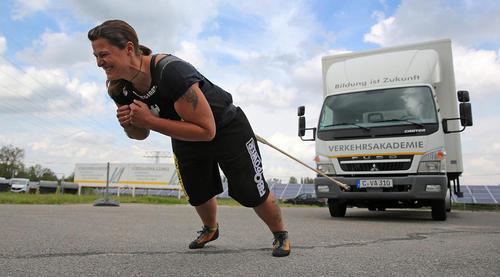کاتلین کراوس نخستین قهرمان زن آلمانی که یک کامیون 7.5 تنی را می کشد
