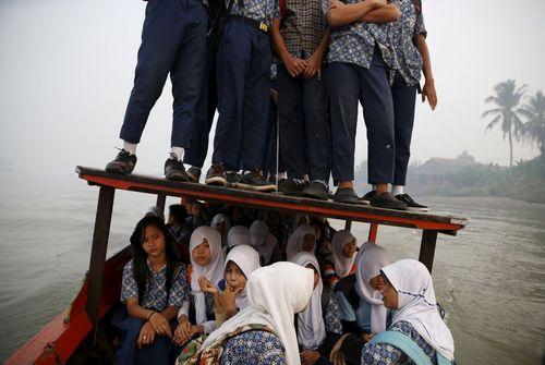دانش آموزان اندونزیایی در حال رفتن به مدرسه با قایق
