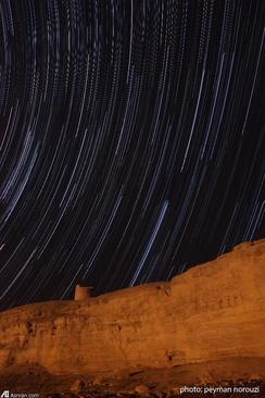 رد ستارگان صورت فلكي جبار بر فراز برج ديده باني روستاي ايزد خواست