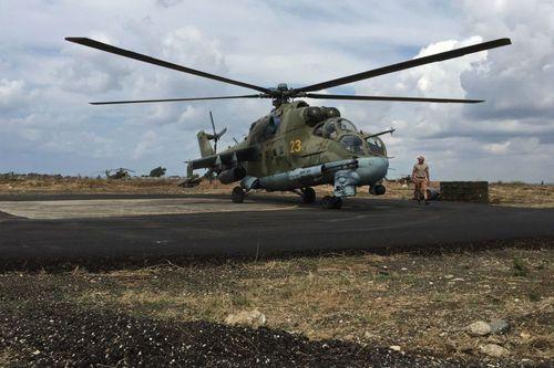 پرسنل فنی در کنار بالگرد تهاجمی می ـ 24 روسیه در فرودگاه نظامی