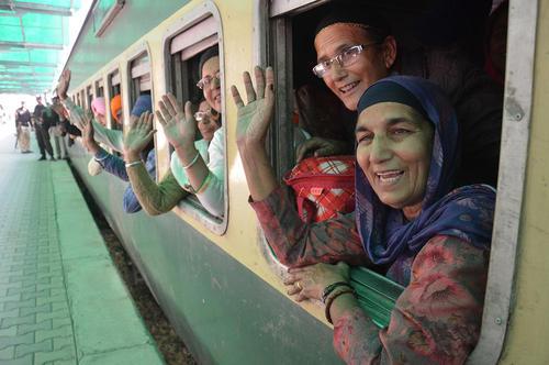 رسیدن هزاران سیک هندی به لاهور پاکستان با قطار برای شرکت در جشن سه روزه پانصدو چهل و هفتمین سالگرد تولد