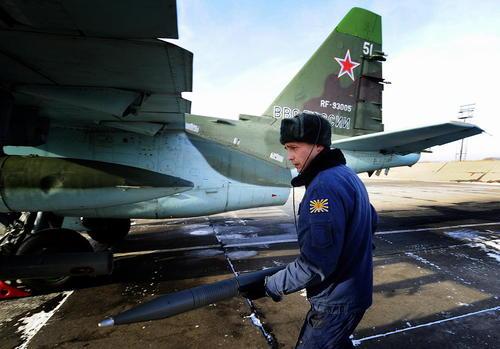 گذاشتن راکت جنگی در یک سوخوی 25 روسی پیش از پرواز – روسیه