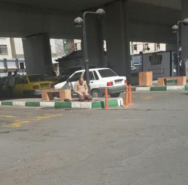 نماز خواندن راننده تاکسی در منطقه پل سیدخندان . تهران
