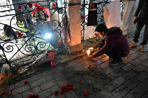 ادای احترام پناهجویان سوریه ای در ترکیه به قربانیان حمله تروریستی اخیر در میدان سلطان احمد استانبول