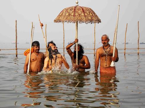 مراسم آیینی آب تنی هندوها در رود گنگ – شهر الله آباد هند