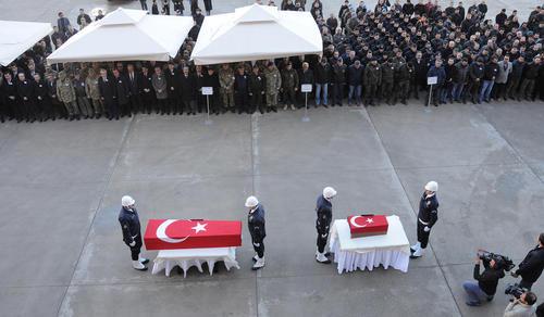 مراسم تشییع یک افسر پلیس و دختر 4 ساله اش که در جریان حمله نیروهای پ.ک.ک کشته شده اند – دیاربکر ترکیه