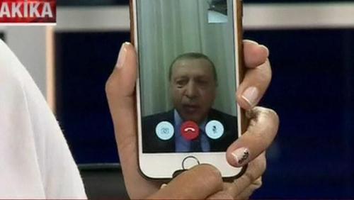 مصاحبه تصویری از طریق گوشی موبایل هوشمند که از طریق یک شبکه تلویزیونی خصوصی پخش شد/ اردوغان از این طریق از مردم خواست به خیابان ها بریزند و بازی تغییر کرد