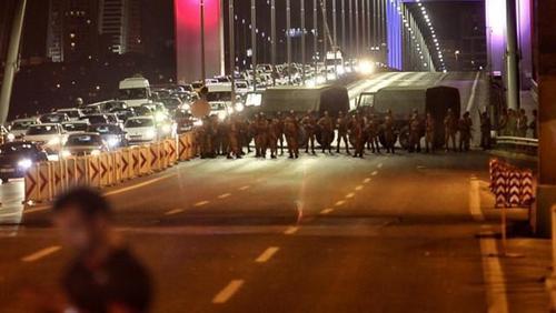 بسته بودن خیابان های اصلی استانبول توسط نظامیان کودتا