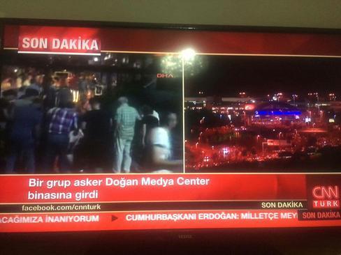 گروهی از سربازان وارد مرکز رسانهای دوگان، دفتر شبکه سیانان ترک، شدهاند