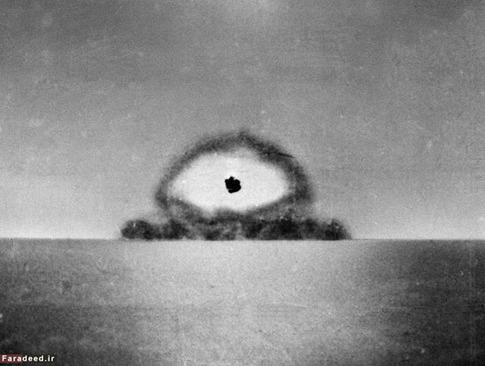 تصویر بالا با استفاده از دوربین ارتش آمریکا ثبت شده و نشاندهندهی انفجار اولین بمب اتمی است. هزینهی ساخت این بمب پلوتونیومی رقمی نزدیک به ۲ میلیارد دلار برآورد شده که در آن زمان، هزینهی بسیار هنگفتی به شمار میرفت.
