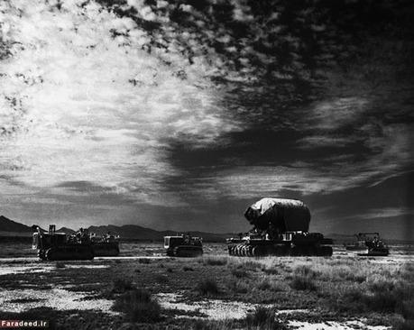 تصویر بالا در زمان انتقال بمب از اوهایو به سایت آزمایش که صحرای لوس آلاموس است، ثبت شده است.