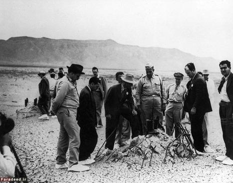 رابرت اوپنهایمر، فیزیکدان آمریکایی و مدیر آزمایشگاه لوس آلاموس و سرتیپ لزلی گرووز مدیریت این پروژه در کنار دیگر مقامات مسئول در حال بازدید از محل انجام آزمایش اتمی