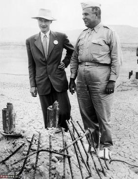 رابرت اوپنهایمر، فیزیکدان آمریکایی و مدیر آزمایشگاه لوس آلاموس و سرتیپ لزلی گرووز مدیریت این پروژه در حال بازدید از محل آزمایش پس از موفقیت آزمایش اتمی