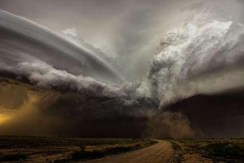 محل تلاقی دو طوفان  این تصویری از ملاقات دو طوفان با یکدیگر است! عکاس که به دشتهای وسیع نیومکزیکو در آمریکا علاقهمند است، آن روز ناگهان خودش را در قلب تاریکی کامل در دشتی که به میدان جنگ دو توفان شدید با سرعتی بالا تبدیل شد، یافته است. به نظر میرسد که باد چپ نسبت به راست مسنتر و عظیمتر باشد و نمیخواهد از نفس بیفتد. خالق این منظره نفسگیر کاملیا ژوشنیکی است.