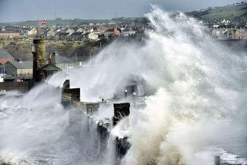 امواج غولآسا در انگلستان  برجهای بندر ویتهاوان در شمال انگلستان (غرب ساحل) به معنای واقعی در میان امواج عظیم غرق شدهاند. این عکس متعلق به سال 2013 میلادی است که انگلستان پس از یکسری از طوفانهای شدید که از اقیانوس اطلس آمده بود، بشدت خسارت و آسیب دید. ناشر این عکس پل کینگستون میباشد.