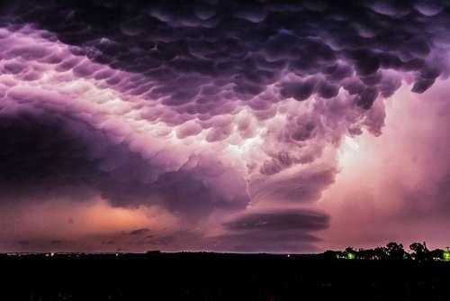 دست درازی زمین به آسمان  این تصویر در تاریکی آسمان طوفانزده نبراسکا در آمریکا ایجاد شده است و همانند یک دست بزرگ است که از روی زمین به سوی پیچ و تاب آسمان بلند شده است.عکاس آن استفان لانسدل است.