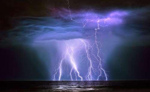 صاعقه توفان وحشی  گراهام نیومن در ساحل شمال غربی استرالیا بود که کمتر از 5کیلومتر با طوفان فاصله داشت و موفق شد این عکس را بگیرد. عکسی زیبا و ترسناک از یک صاعقه اقیانوسی در سواحل غربی استرالیا، نزدیکی یک سوپرتانکر نفتکش 240متری «گانابورا» از میدان نفتی جزیره بارو. عکاس این تصویر بلافاصله پس از گرفتن عکس، به سوی خودروی خود دویده است تا از این رعد و برق در امان بماند.