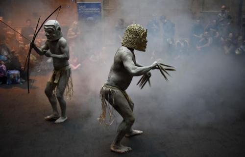 مردان گلی از قبیله اسارو در موزه ای در سیدنی استرالیا - خبرگزاری فرانسه