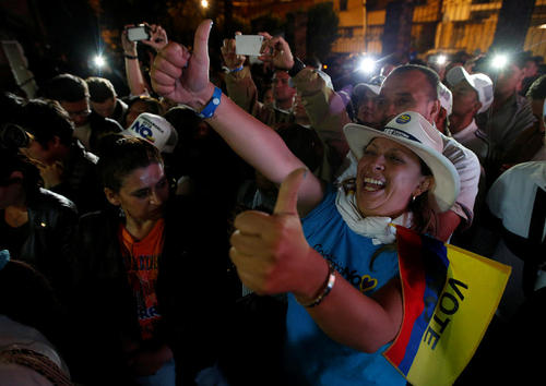 شادمانی در پایتخت کلمبیا از نتیجه منفی همه پرسی تصویب پیمان صلح با شورشیان فارک – بوگوتا